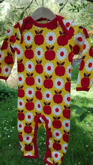 Strampler rote Äpfel