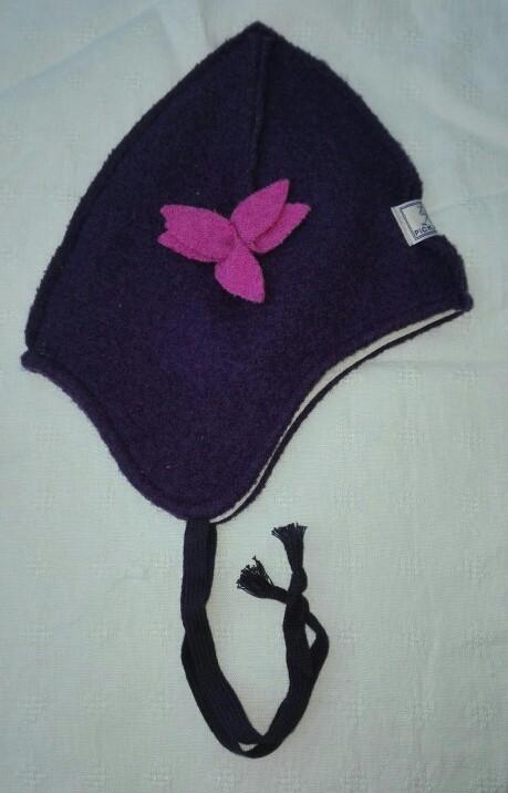 Mütze Marie pflaume mit pinker Blüte
