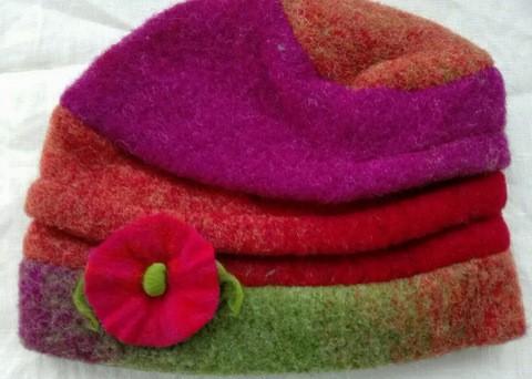 Beanie multicolor mit Filzblume
